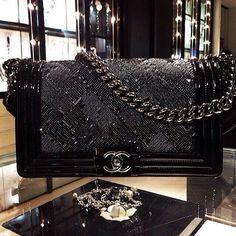 Chanel Boy Bag: recensione e ispirazione – no time for style Burberry Handbags, Chanel Handbags, Black Handbags, Purses And Handbags, Gucci Bags, Chanel Purse, Chanel Boy Bag, Coco Chanel, Luxury Bags