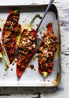 We love the bold flavour combinations in this recipe for Italian sausage-stuffed peppers. What makes it even better, is that this dish can be made in under an hour - perfect for a comforting midweek meal. Italian Sausage Recipes, Meat Recipes, Low Carb Recipes, Cooking Recipes, Midweek Meals, Easy Meals, Sausage And Peppers, Stuffed Peppers, Healthy Foods