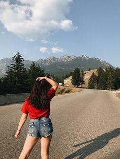 Cute Girl Photo, Girl Photo Poses, Girl Photos, Picture Poses, Teen Photography Poses, Teenage Girl Photography, Profile Pictures Instagram, Travel Pose, Creative Instagram Photo Ideas