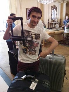 Typical Tom breaking everything. Tom Parker, Rock Concert, Eye Candy, Toms, Babe, Amazing