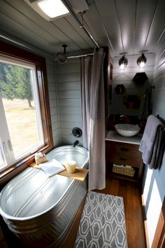 Awesome Small House Bathroom Shower and Tub Design Ideas Super kleines Haus Badezimmer Dusche und Badewanne Design-Ideen # Badezimmerdekor Best Tiny House, Tiny House Cabin, Tiny House Living, Tiny House Plans, Tiny House Design, Small House Interior Design, Small Tiny House, Living Room, Home Design
