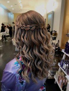 Salud Belleza y Estética: aprovecha los beneficios que ... #BellezaMaquillaje Quince Hairstyles, Braided Hairstyles For Wedding, Easy Hairstyles, Gorgeous Hairstyles, Wedding Braids, Hairstyles For Dances, Junior Bridesmaid Hairstyles, Hair Wedding, Semi Formal Hairstyles