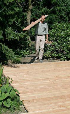Eine Holzterrasse aus Douglasie kann man selbst verlegen. Einfassung, Unterkonstruktion und Verlegen der Dielen – wir zeigen, wie es geht.
