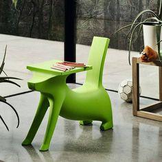 2 in 1: Le Chien Savant von Magis Me Too ist ein Kinderstuhl und Schreibtisch in einem.