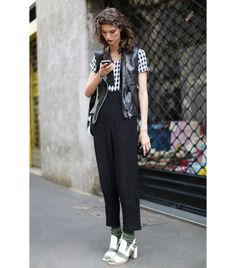 10 Surprisingly Easy Ways To Wear Socks With Shoes via checking out the socks with sandals look. Bold Fashion, Fall Fashion Trends, Fashion Design, Fashion Styles, Street Style Trends, Casual Street Style, Street Chic, Street Fashion, Milan Fashion