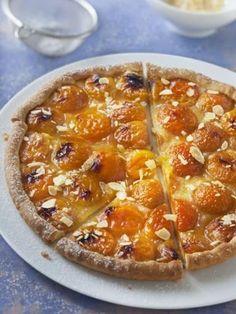 Tarte aux abricots, une recette à réaliser avec des abricots frais l'été ou des abricots au sirop toute l'année. Parfumée aux amandes, cette tarte sucrée sera parfaite pour le dessert #marmiton #recette #cuisine #abricot #tarte #tartesucree #amande #desse