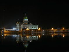 Night view of Gurdwara Bangla Sahib and the Sarovar - It is situated in the Connaught Place,New Delhi area and is instantly recognisable by its stunning golden dome and tall flagpole, Nishan Sahib. India Architecture, Great Buildings And Structures, World Religions, World Cities, Tourist Places, Incredible India, Empire State Building, Taj Mahal, The Incredibles