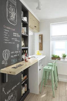 10 ideas rápidas y baratas para mejorar tu casa. Cocina con pared de pizarra.