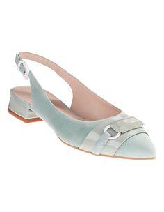 Dieser Ballerina verzaubert mit einem wertvollen Mix aus Velours- und Lackleder in der Trendfarbe Mint.