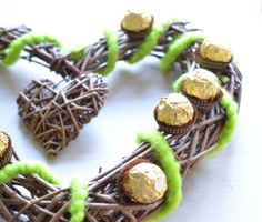 Frühlingshaftes Herz mit Rocher! Ferrero, Place Cards, Place Card Holders, Photos, Heart, Craft