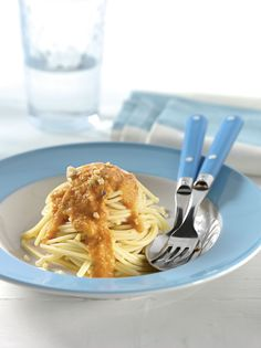 Nudeln mit Möhren-Walnuss-Sauce   Die Nüsse enthalten gesunde Fettsäuren, Eiweiß und viele Mineralstoffe. Kalzium aus dem Käse stärkt Knochen und Zähne.