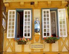 QUIMPER - (Francia) | Flickr : partage de photos ! Quimper Pottery, Macarons, Region Bretagne, Brittany France, Vintage Curtains, Color Of The Day, Biarritz, Brest, Holiday 2014