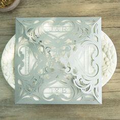 Pochette pour faire-part mariage avec de la dentelle en papier pour les initiales et la date du mariage - découpe laser originale