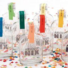 """Der Ehrengast der bevorstehenden Feier wünscht sich zu seinem besonderen Tag einfach """"absolut nix""""? Dann schenken Sie ihm das auch! In der 400 ml Glasflasche befindet sich nix, und das steht auch drauf. Ein besonderes Highlight an diesem Geschenk ist das Satinband, das Aufschluss über die Motivation der Geschenkwahl gibt."""