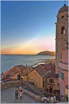 Cervo Ligure - Borgo Medievale, dalla piazzetta della chiesa di San Giovanni Battista