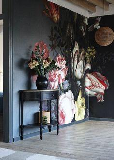 Wohnideen für Eingangsbereich. Blumentapete als wandgestaltung - Inspiration für wandmalerei blumen an dunkler Wandfarbe. Große Blumen an der Wand - echte Blumen davor in dekorativer Vase