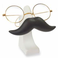 Mustache Glasses Holder van Invotis Ben je je bril vaker kwijt dan je wilt toegeven? Nu hoeft dat niet meer, met deze machtige snorachtige brillenhouder zorg je ervoor dat je een vaste plek voor je bril hebt. #brillenhouder #brillenkoker #cadeau #mannen #sinterklaascadeau #kerstcadeau #verjaardagscadeau #gadget #vaderdag