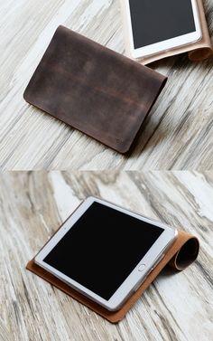 Questa custodia per iPad / è realizzato in pelle invecchiata e lavorata a filo di cera. Sarà essere invecchiato splendidamente nel tempo. È robusto, pratico e in stile con il nostro carisma minimalista. =======================  SPCIFICATIONS: -Pelle ingrassata distressed, sarà essere invecchiato splendidamente nel tempo. -Design minimalista. -Il coperchio può essere arrotolato come uno stand. -Un caso TPU molto sottile e chiaro è cucito sulla pelle per proteggere e tenere il iPad.QUALITY…