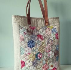 No photo description available. Japanese Bag, Colorful Quilts, English Paper Piecing, Fabric Bags, Quilted Bag, Purses And Bags, Diy And Crafts, Pouch, Reusable Tote Bags