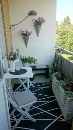 apartment patio decorating Tiny Livable Areas: Small Apartment Balconies - Unique Balcony & Garden Decoration and Easy DIY Ideas Apartment Balcony Garden, Apartment Balcony Decorating, Apartment Balconies, Cool Apartments, Apartment Walls, Apartment Therapy, Small Balcony Design, Small Balcony Garden, Small Balcony Decor