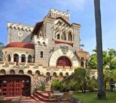 El Restaurante Casa Española está situado en el elegante barrio de Miramar, en la que fuera la mansión del ministro de finanzas de Batista