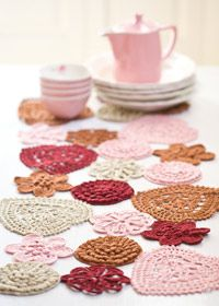 Free pattern: Hearts & Flowers Doilies Tablerunner.
