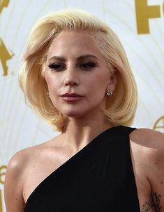Lady Gaga Bob - Lady Gaga looked demure at the Emmys wearing this retro bob. Long Braided Hairstyles, Diy Hairstyles, Hairstyles 2018, Lady Gaga Hair, Retro Bob, Hair 2018, Different Hairstyles, Vintage Hairstyles, Short Hair Styles