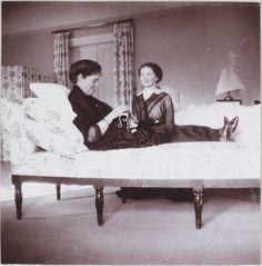 Tsarskoe Selo, inverno 1912-1913, Palácio de Alexandre, quarto das crianças: Grã-duquesa Olga e a sua mãe Imperatriz Alexandra costurando no quarto das meninas.