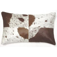 Coussin rectangulaire en cuir. Motif peau de vache marron. #coussin #deco #vache #cuir #ferme  #tendance #homedecor #homedesign #ideedeco #interiordesign #leroymerlin