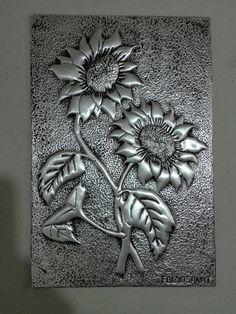 Sun flower (güne bakan) folyo kabartma tekniği ile.... Tin Foil Art, Aluminum Foil Art, Aluminum Can Crafts, Tin Can Art, Tin Art, Wooden Spoon Crafts, Metal Crafts, Punched Tin Patterns, Hot Glue Art