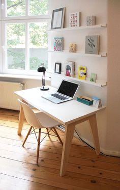 Cerca de una ventana, con pequeños libreros, tu espacio de trabajo será el mejor.