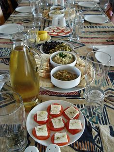 A delicious looking Meze platter! Turkish Recipes, Greek Recipes, Meze Platter, Cyprus Food, Georgia, North Cyprus, Table Dressing, Christmas Lunch, Fried Vegetables