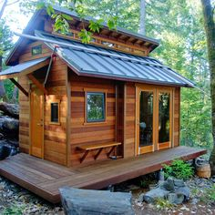 Easy to Build Tiny House Plans! This tiny house design-build video workshop shows how… Tiny Cabins, Tiny House Cabin, Log Cabin Homes, Cabins And Cottages, Tiny House Living, Tiny House Plans, Tiny Houses, Wood Cabins, Tree House Designs