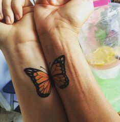 tatuaje madre e hija alas de mariposa