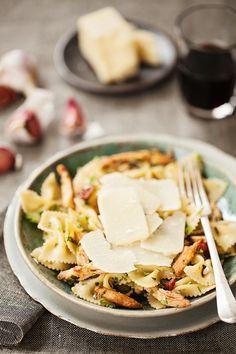 Farfalle with Chicken, Tomato, & Olives | la casa sin tiempo
