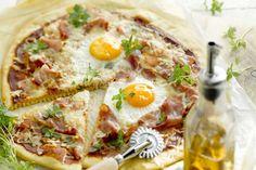 Kom eens helemaal origineel uit de hoek en combineer je eiren met een pizza. Ideaal en lekker met ham en kaas.