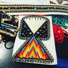Need to faster, this is taking me a long time 😩 Powwow Beadwork, Teepees, Native American Beadwork, Pow Wow, Beading Projects, Baby Shower Games, Indian Art, Nativity, Sewing Crafts