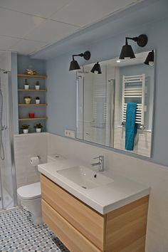 Me gusta el alicatado en blanco hasta la mitad y el nicho de la pared. También el espejo sencillo. El suelo imitación hidráulico combina muy bien con la pintura.