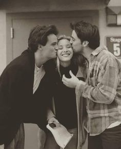 Behind the scenes of one of the most iconic sitcoms ever made. Friends being Friends Behind the scenes of one of the most iconic sitcoms ever made. Friends being Friends Friends Tv Show, Serie Friends, Friends Cast, Friends Episodes, Friends Moments, Friends Forever, Best Friends, Friends Phoebe, Phoebe Buffay