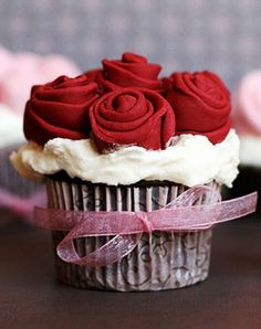 Want make this rose cupcake favor for my valentine! #2014 #valentines #day www.foodideasrecipes.com