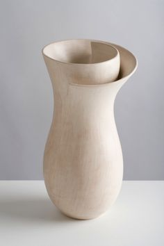 Ceramic vase by Tina Vlassopulos Ceramic Clay, Ceramic Vase, Pottery Vase, Ceramic Pottery, Nachhaltiges Design, Sculptures Céramiques, Pottery Classes, Ceramics Projects, Paperclay