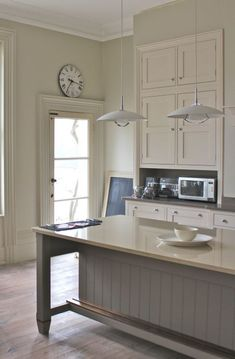 Contemporary inset cabinets with traditional english roots kitchens ремонт. Country Kitchen, New Kitchen, Kitchen Dining, Kitchen Decor, Kitchen White, Dining Table, Kitchen Island Foot Rest, Inset Cabinets, Grey Cupboards