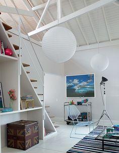 Para ampliar o pé-direito, que ficou com até 6 m na cumeeira, a designer de interiores Carol Ferreira expôs as tesouras do telhado. A pintura branca ajuda a aumentar o espaço