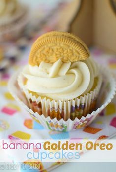 Banana Golden Oreo Cupcakes Banana cake, Golden Oreo Crust, and Cream Cheese Frosting! Oreo Cupcakes, Yummy Cupcakes, Cupcake Cookies, Gourmet Cupcakes, Strawberry Cupcakes, Easter Cupcakes, Flower Cupcakes, Velvet Cupcakes, Christmas Cupcakes