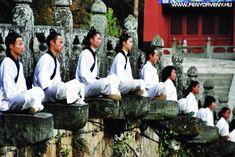 A taoista mesterek szerint a vallások rabszolgává tesznek minket - Fényörvény Tai Chi, Garden Sculpture, Meditation, Outdoor Decor, Masters, Master's Degree, Zen