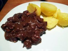 Gulasz z mięsem z jelenia - kuchnia staropolska Kuchnia staropolska znacznie różni się od tej, jaką znamy dzisiaj. Zawód myśliwego ... Beef, Food, Bakken, Meat, Essen, Meals, Yemek, Eten, Steak