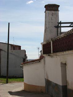 Otra chimenea, esta de grandes dimensiones a las afueras del pueblo. Recorrer Cañaveral buscando sus chimeneas es un paseo muy atractivo.