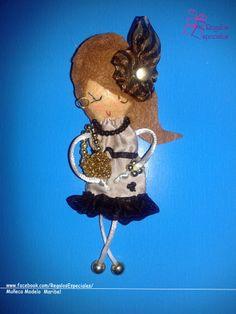 Muñeca con los colores de moda: dorado y negro.  www.facebook.com/RegalosEspeciales/
