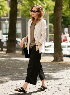Pantalona preta, camiseta, blazer off white e birkenstock preta. sandals outfit summer Hot or Not: Birkenstock Mode Outfits, Casual Outfits, Fashion Outfits, Womens Fashion, Fashion Trends, Net Fashion, Curvy Fashion, Street Fashion, Fashion Tips