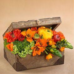 Aranjament floral in cufar de lemn